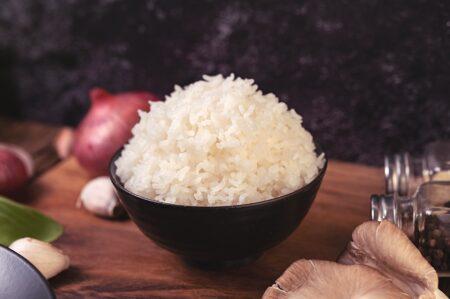 Párolt rizs tálban